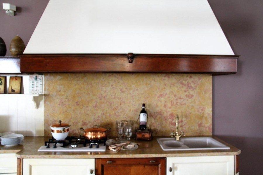 Cucina in Noce laccato avorio, e particolari in finitura Noce anticato