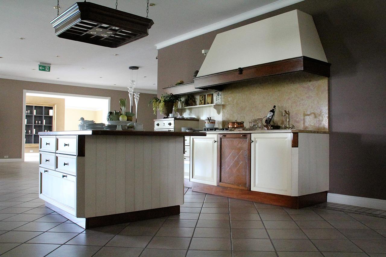 Cucina classica elegante in massello di noce laccato avorio e intarsio in rovere