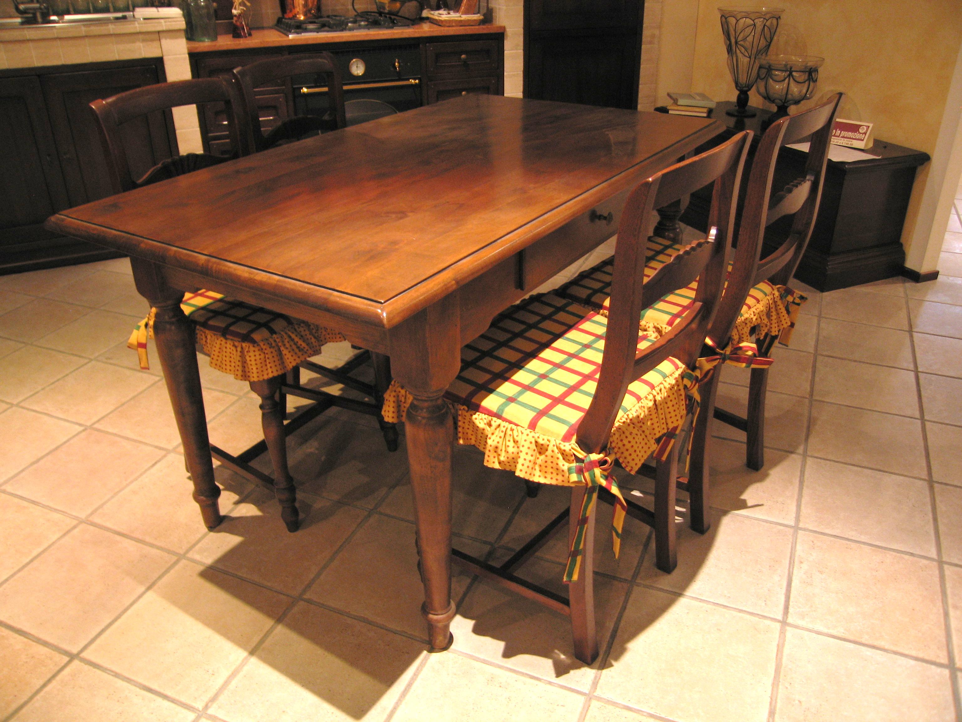 Gruppo tavolo e sedie canto del fuoco