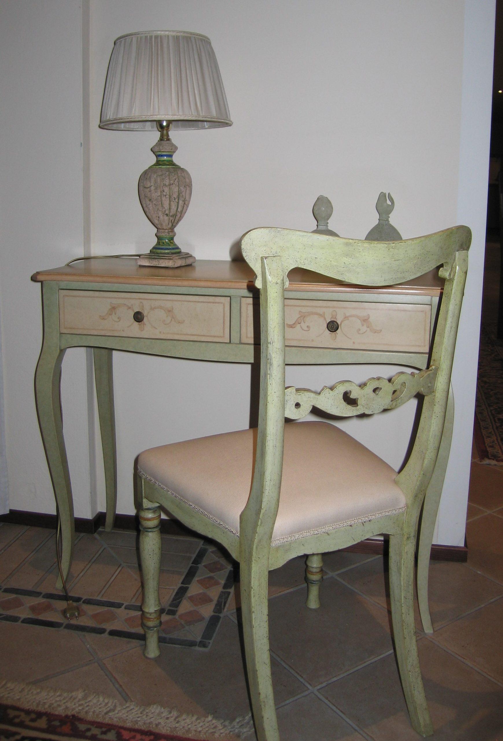 Consolle laccata e decorata e sedia imbottita